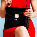 女性が持つ黒いバッグ