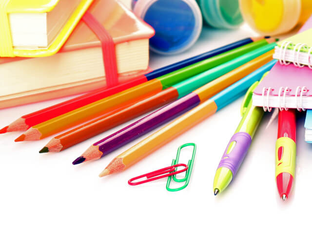 複数の色鉛筆とペン